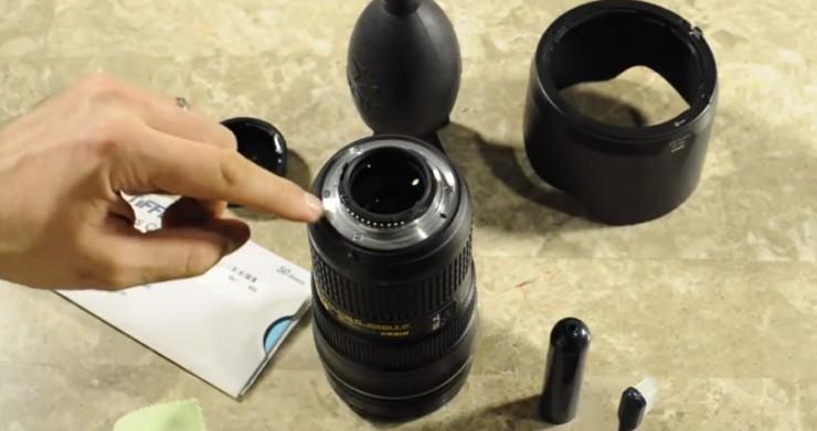 Lepas filter kamera yang terpasang di lensa